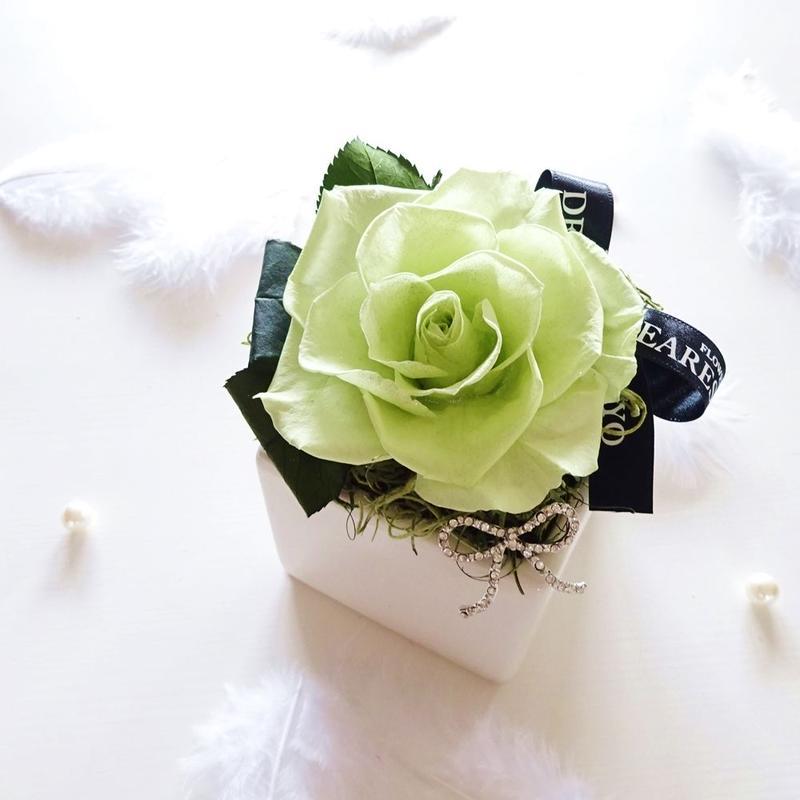 """BIRTHDAY JEWELY  """"Peridot""""  8月の誕生石【ペリドット】をイメージしたバースデーフラワー"""