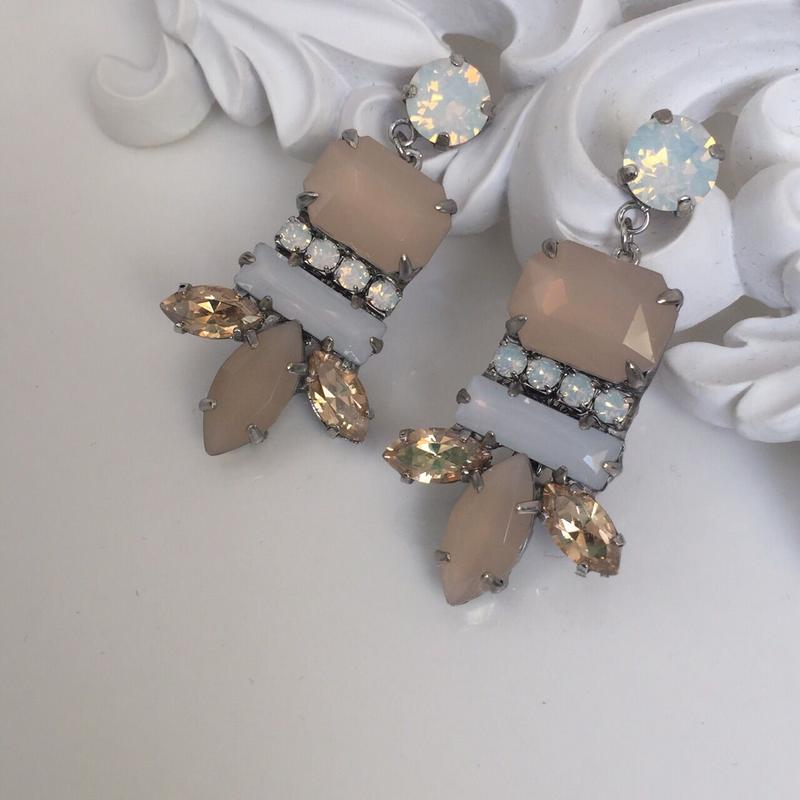 BeigeBijou white Swarovski pierced earring
