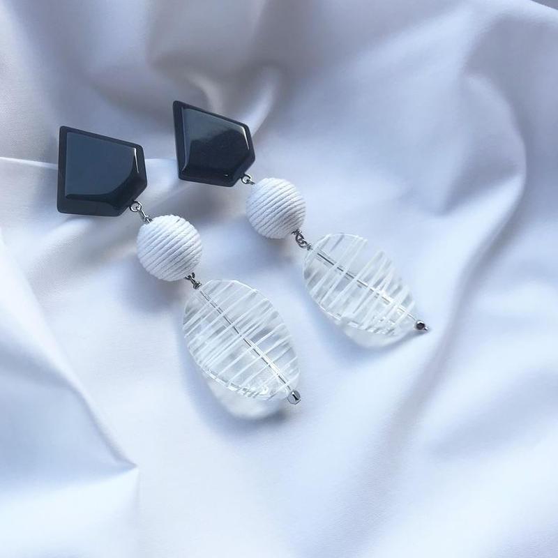 monotone stone pierce earring