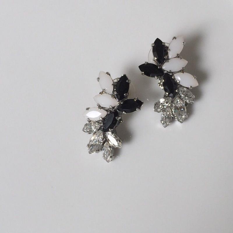 Black white pierceearring