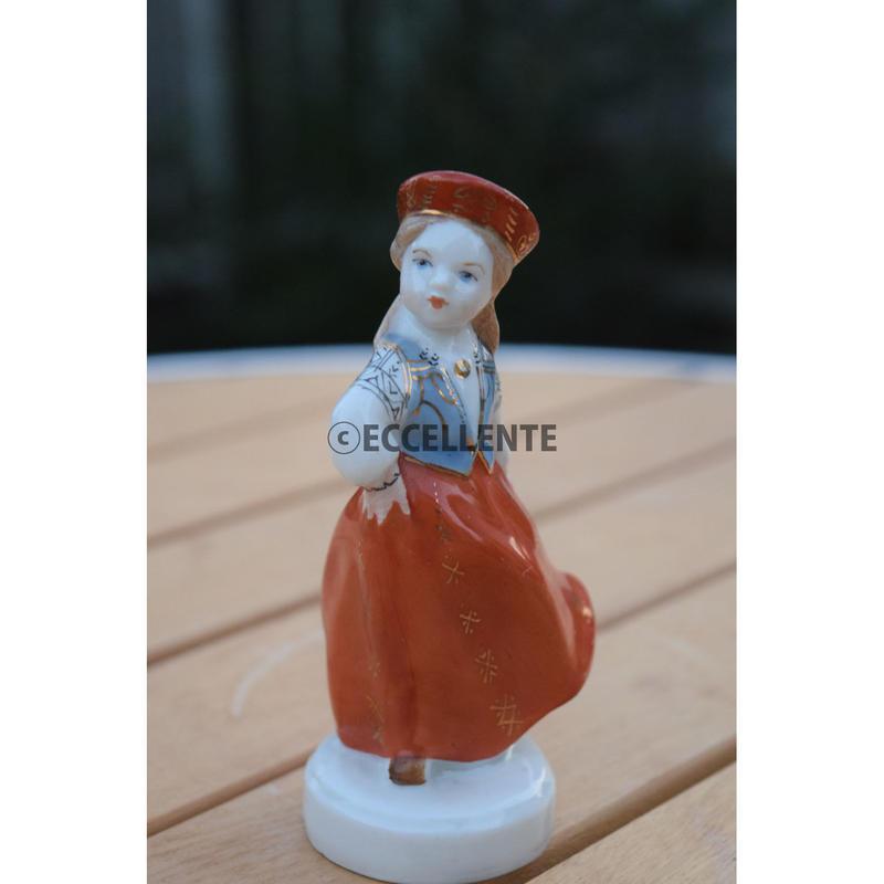 【東欧ヴィンテージ】【リガ陶器工場】フィギュリン 伝統衣装の女の子