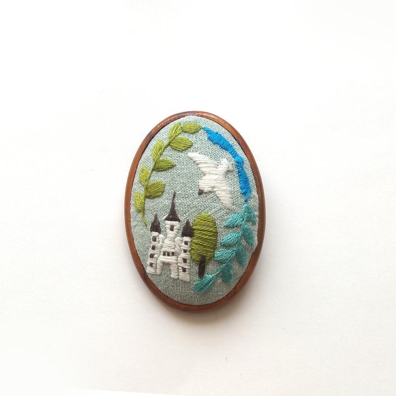 お城と鳩刺繍の木枠ブローチ
