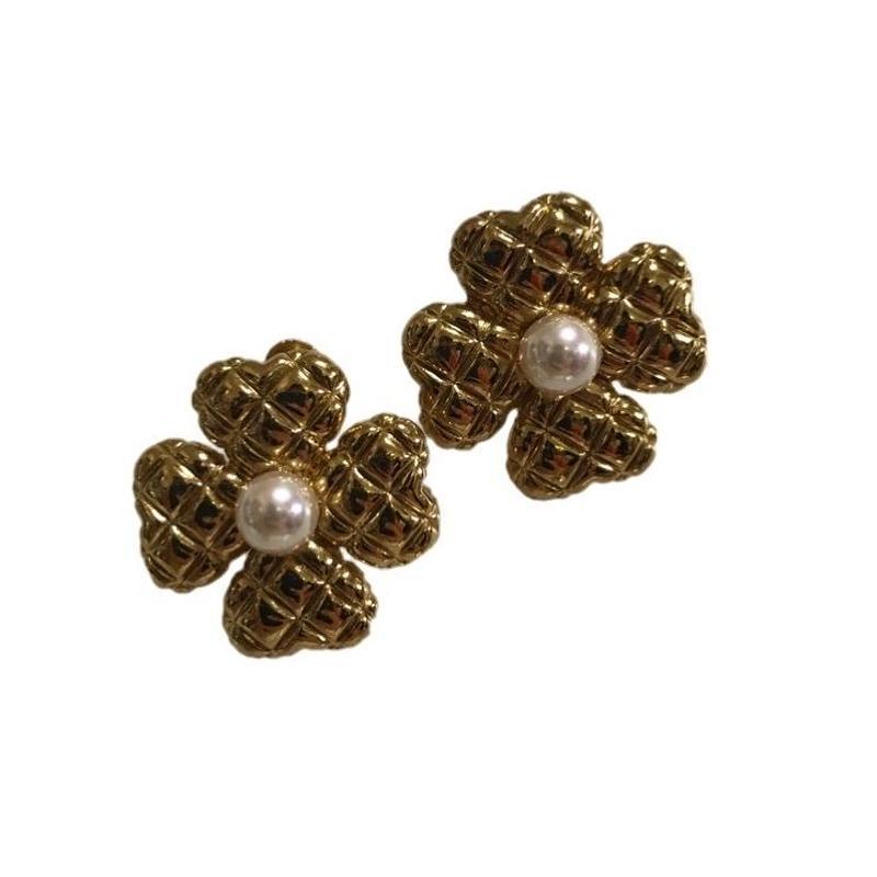 flower design pearl earring