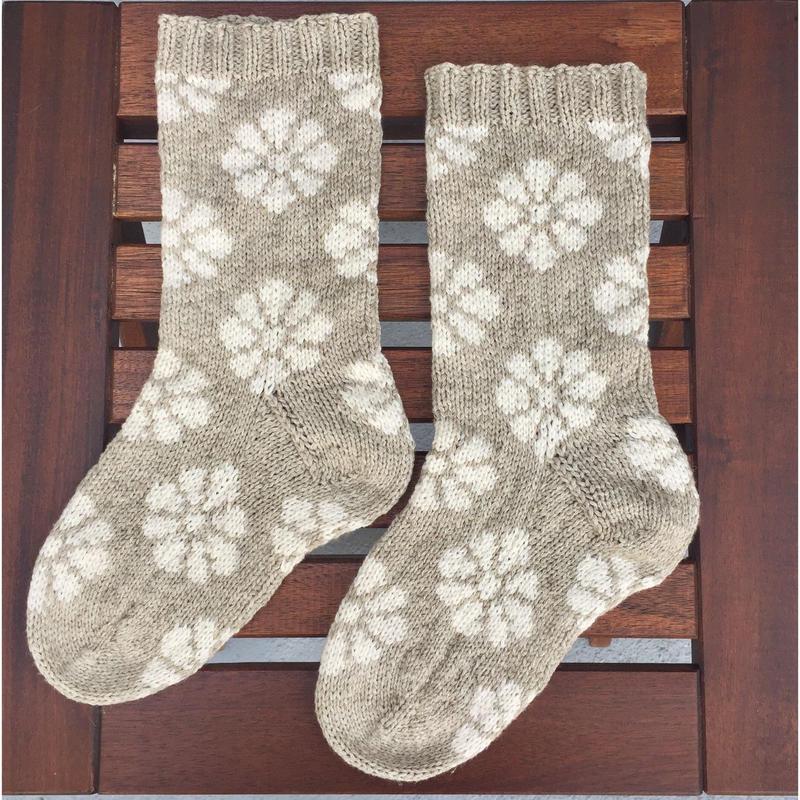 itosaku socks  花柄モチーフ編みこみ靴下キット 新色!