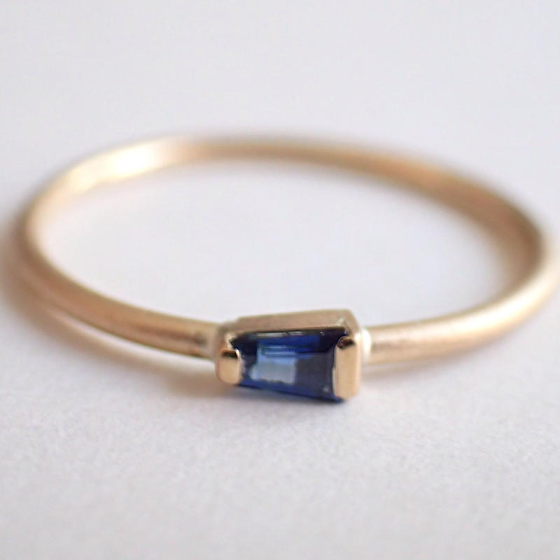 K18 Tapered Sapphire  Ring