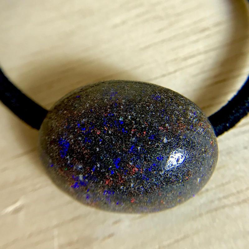 天然マトリックスオパール(南オーストラリア・アンダムーカ産)のヘアゴム(黒)原石から磨きました