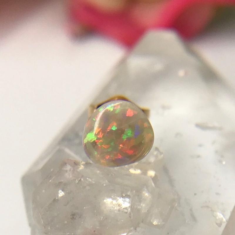 天然オパール14kgf片耳ピアス☆オーストラリア・SW州クーバーペディ産原石から磨いた1点もの