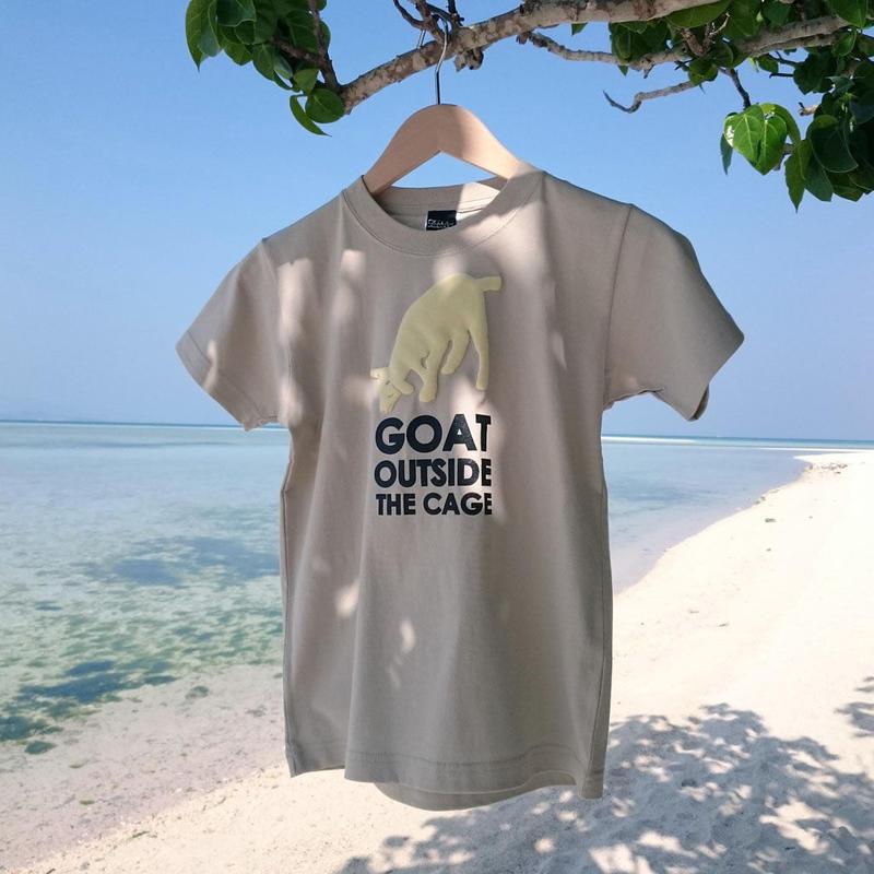 【廃番カラーセール】沖縄の金網の外にいる山羊は安全か? Tシャツ 130サイズ /サンド