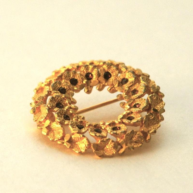 ゴールドの花が可憐なリース型ブローチ(BR0046)