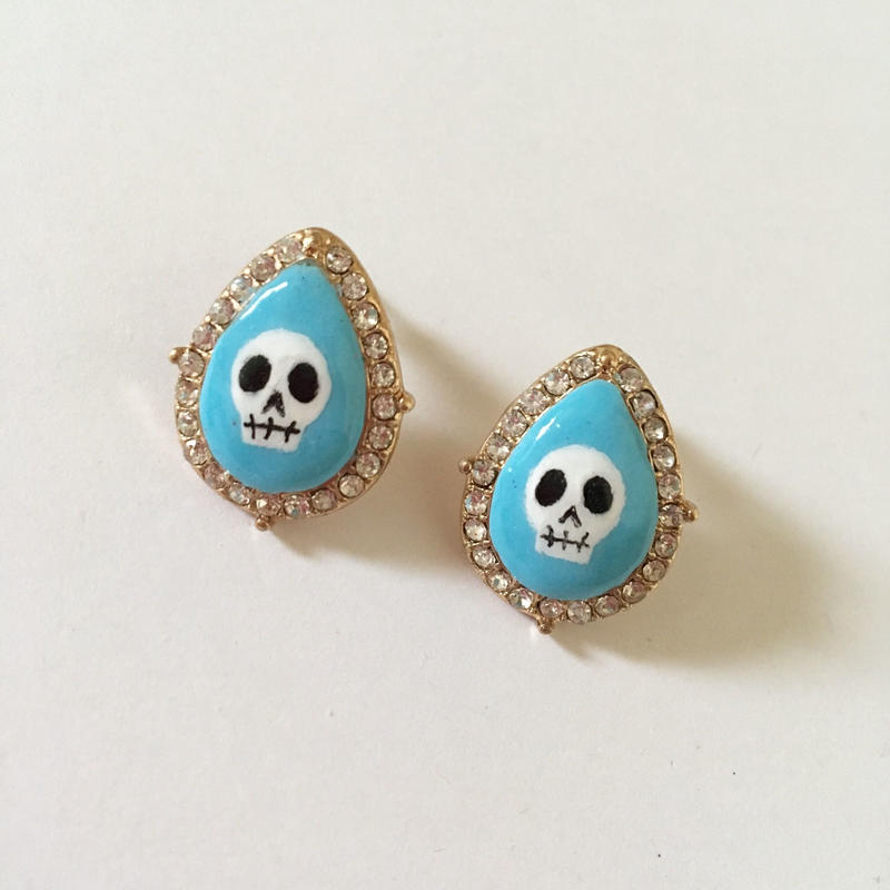 [BENICOTOY] LIGHT BLUE SKULL STONE ピアス