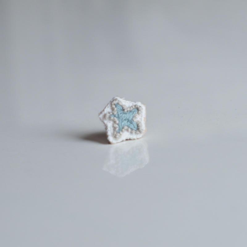 刺繍の宝石ピアス〈スター-1〉