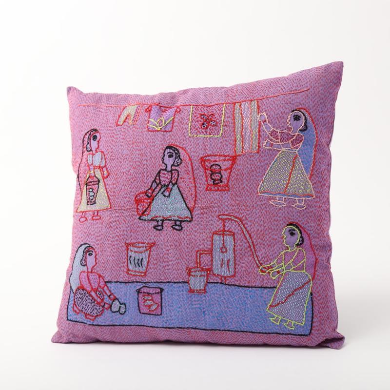 スージニ刺繍 クッションカバー 紫(洗濯場)