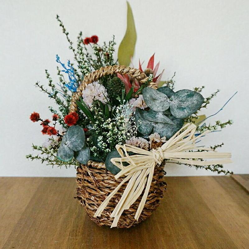 送料込み!シックなグリーンと赤い花がポイントのフラワーアレンジメント 人気のかご入り!プレゼントにも!