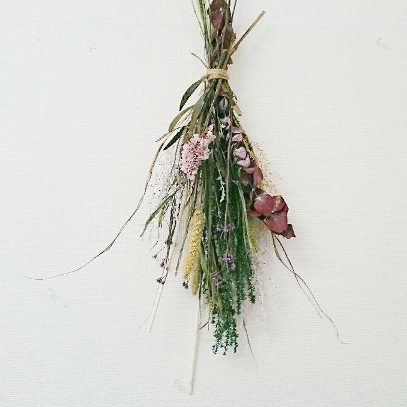 定番、ナチュラルテイストの小花のスワッグ!プレゼントしやすく飾りやすい花の壁飾り!
