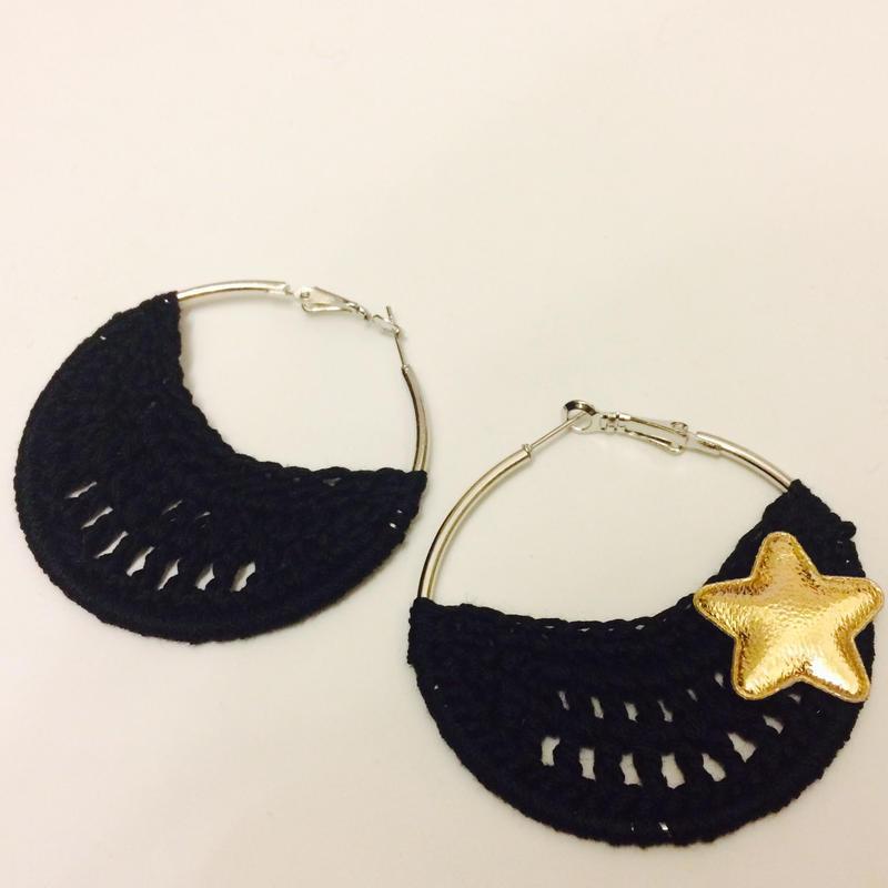 お星様の透かし編みニット フープピアス/ブラック