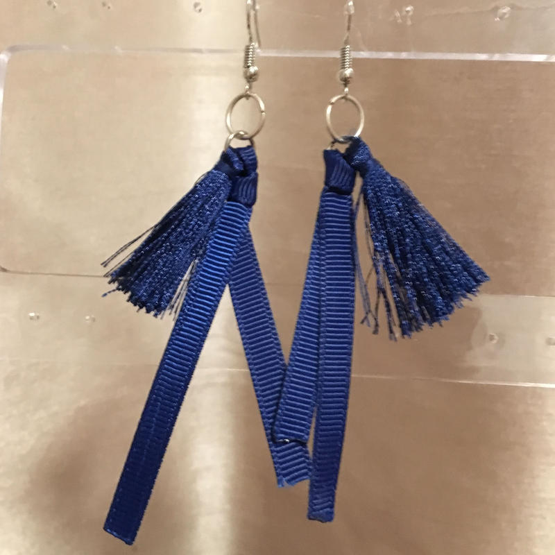 タッセル&リボン 青いピアス