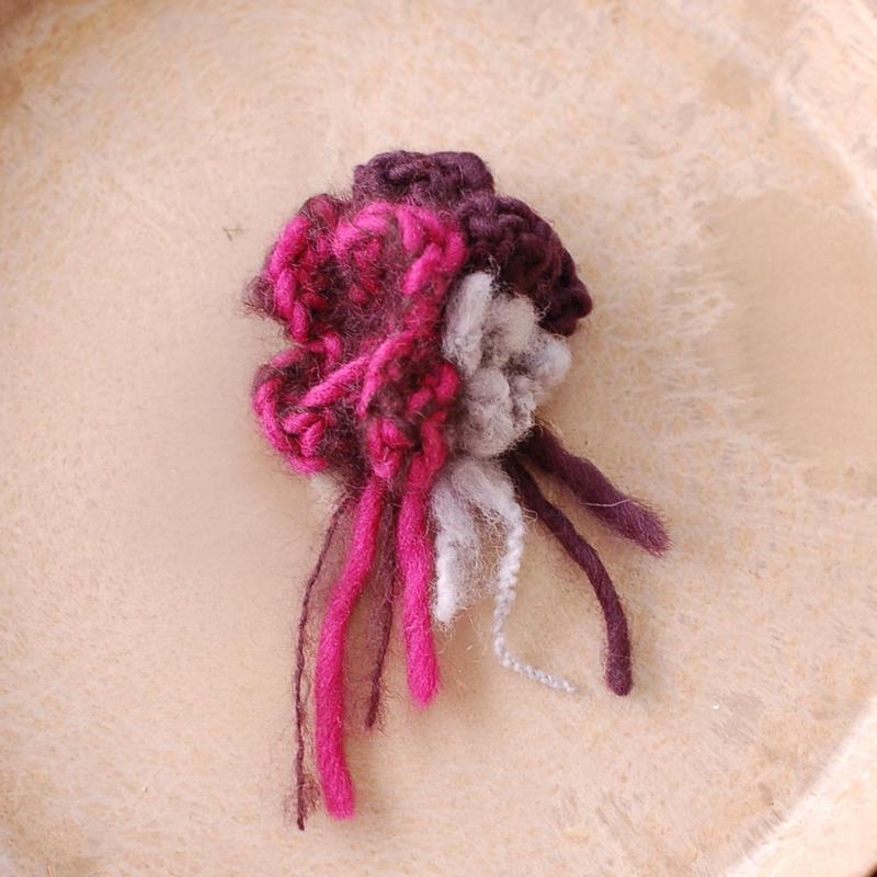 ウールフラワーのコサージュ(ピンク&ボルドー)