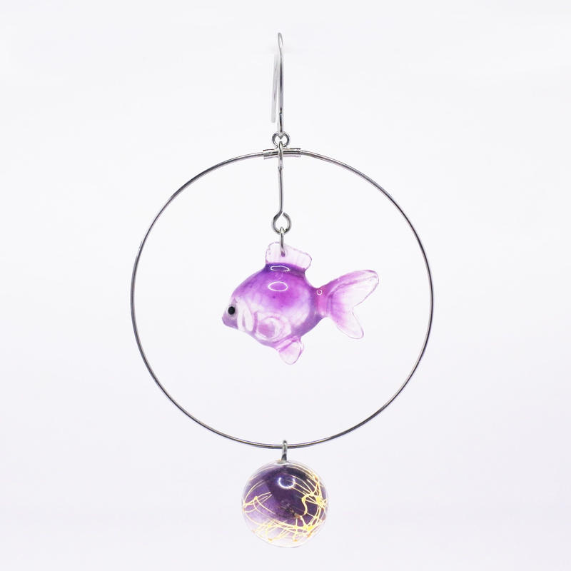 金魚ピアス ぶら下がりタイプ(片耳)  (イヤリング交換可能)  透明紫