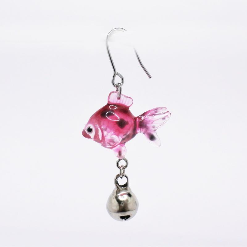 金魚ピアス ぶら下がりタイプ(片耳)  (イヤリング交換可能)  透明ピンクマーブル 銀鈴