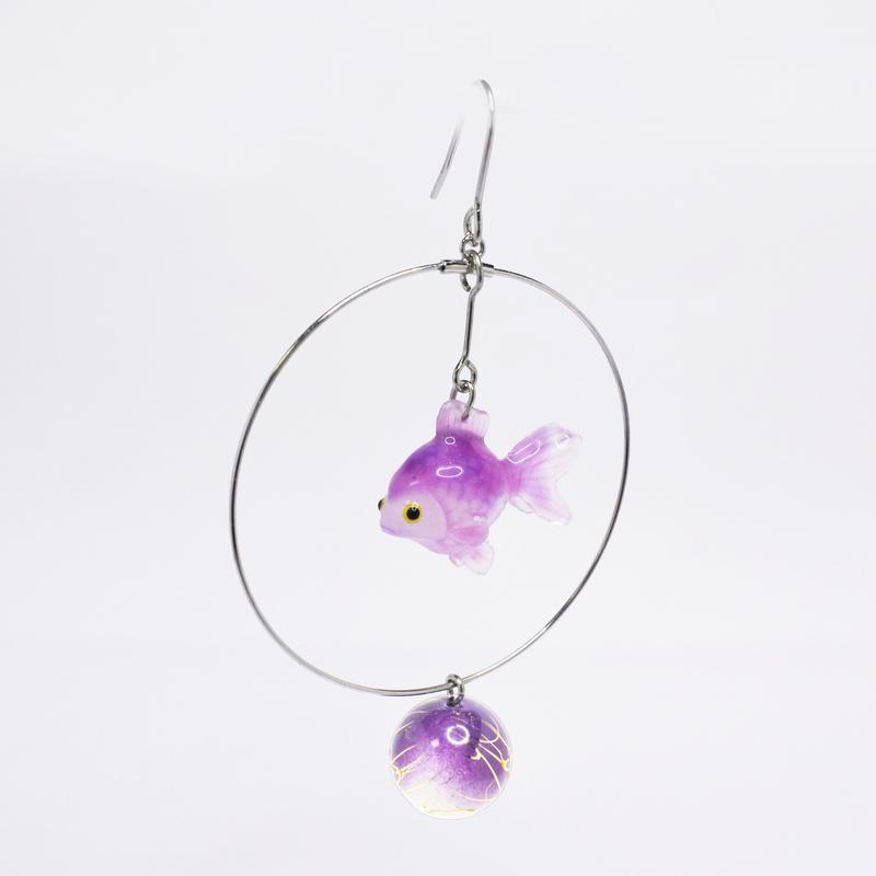 金魚ピアス ぶら下がりタイプ(片耳)  (イヤリング交換可能)  紫