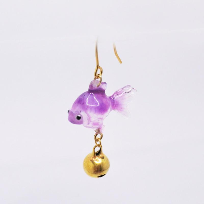 金魚ピアス ぶら下がりタイプ(片耳)  (イヤリング交換可能)  透明紫 金鈴