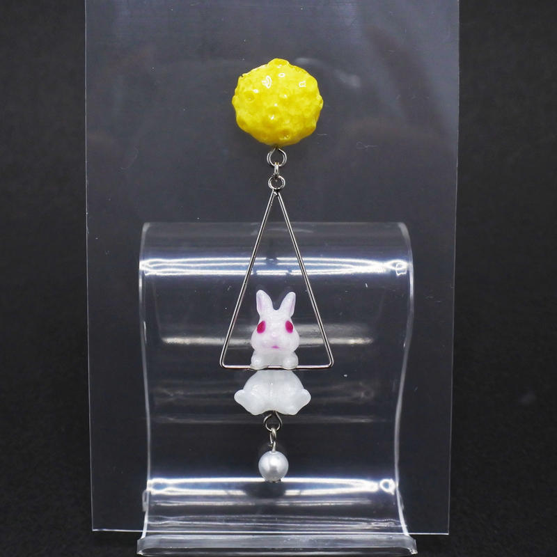 お月見うさぎピアス 三角フープ (片耳)