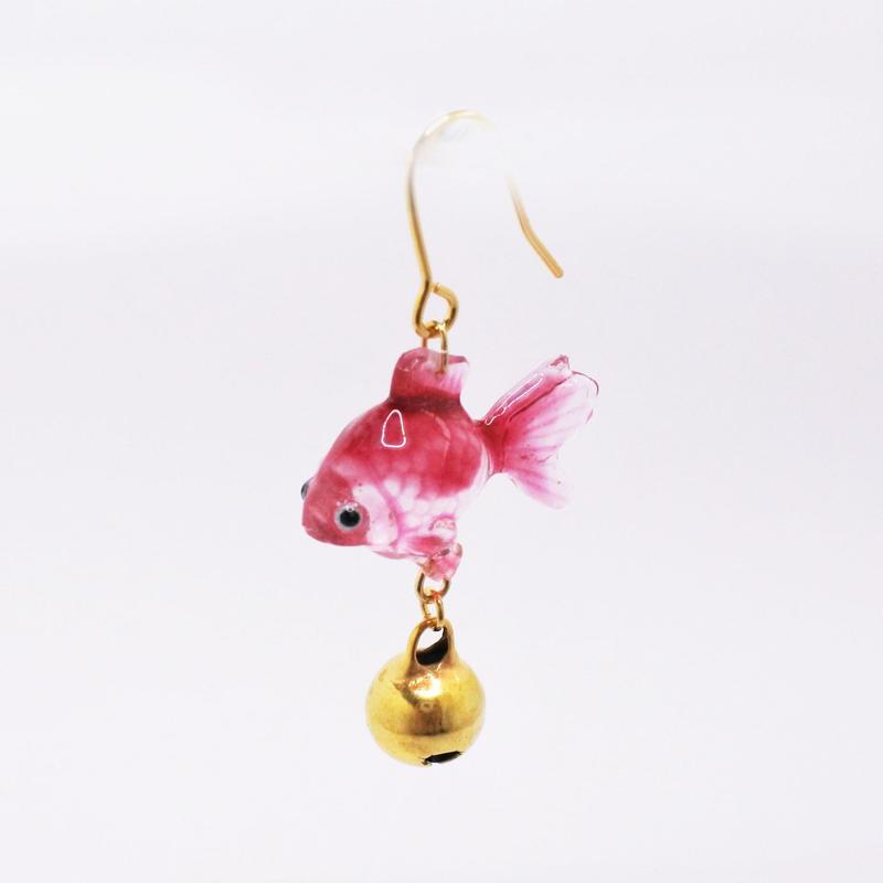 金魚ピアス ぶら下がりタイプ(片耳)  (イヤリング交換可能)  透明赤 金鈴