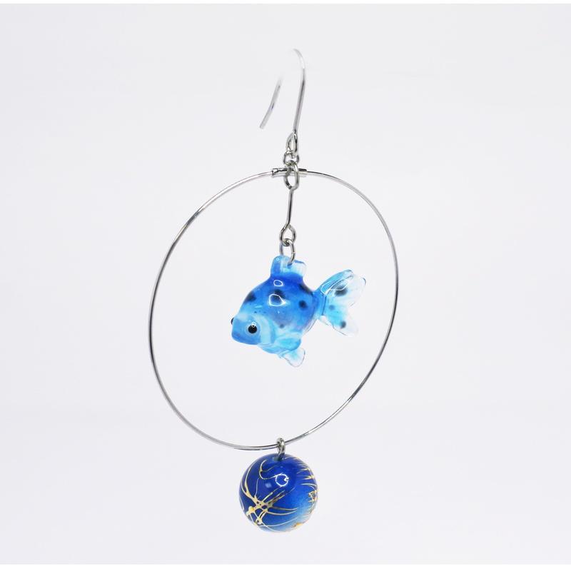 金魚ピアス ぶら下がりタイプ(片耳)  (イヤリング交換可能)  透明青マーブル