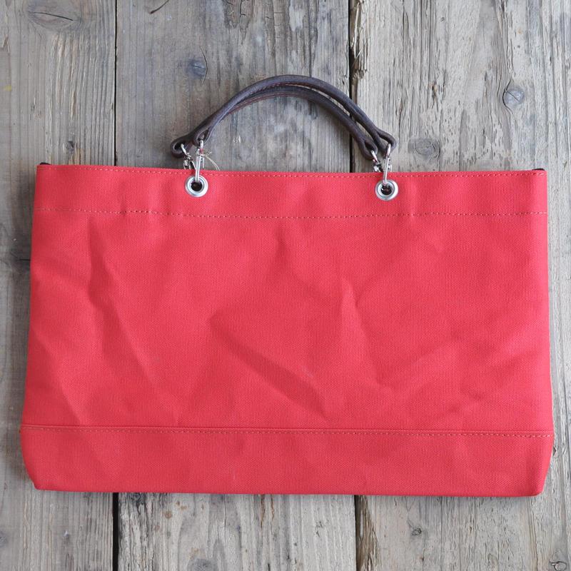 赤の6号帆布で仕立てたスマート・トートバッグ