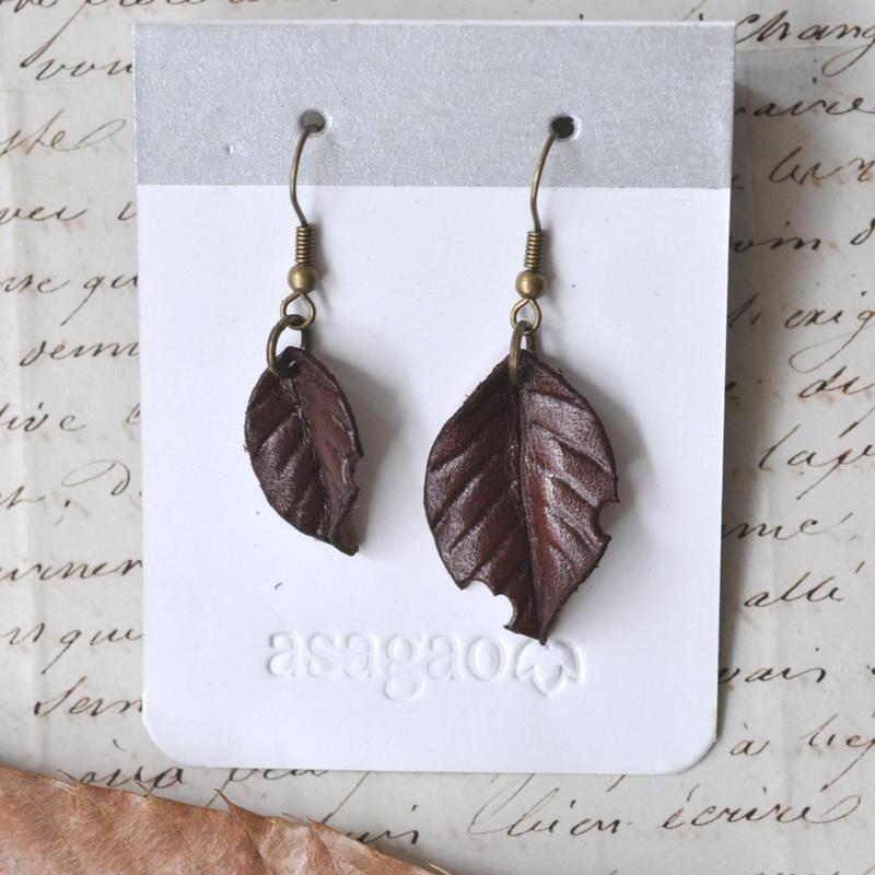 ヌメ革で作った落ち葉のピアス/イヤリング
