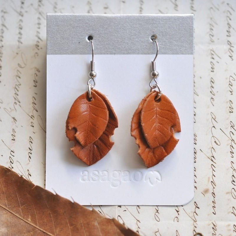 ヌメ革で作った落ち葉のレザーピアス/イヤリング