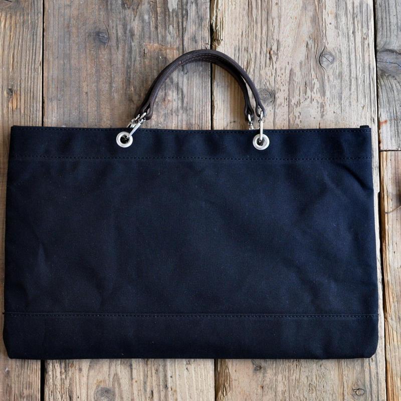 黒の8号帆布で仕立てたスマート・トートバッグ