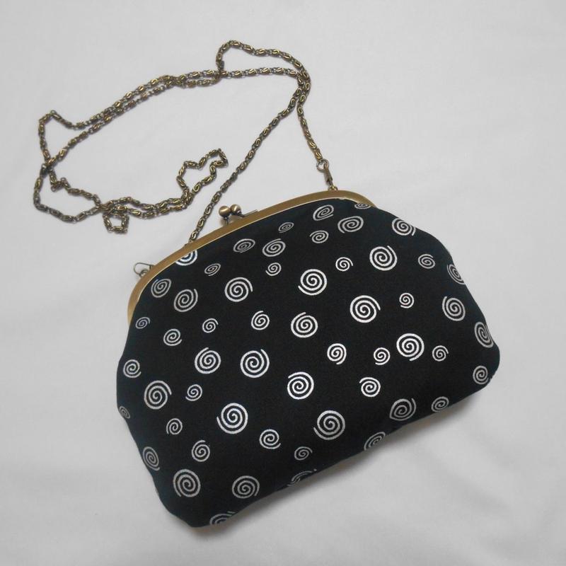 がま口ショルダーバッグ 帆布製 黒 渦巻き 銀