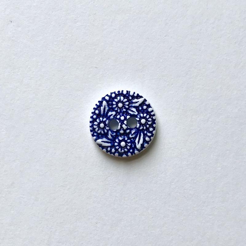 フラワーレリーフボタン (JB734348 インディゴ× ホワイト)