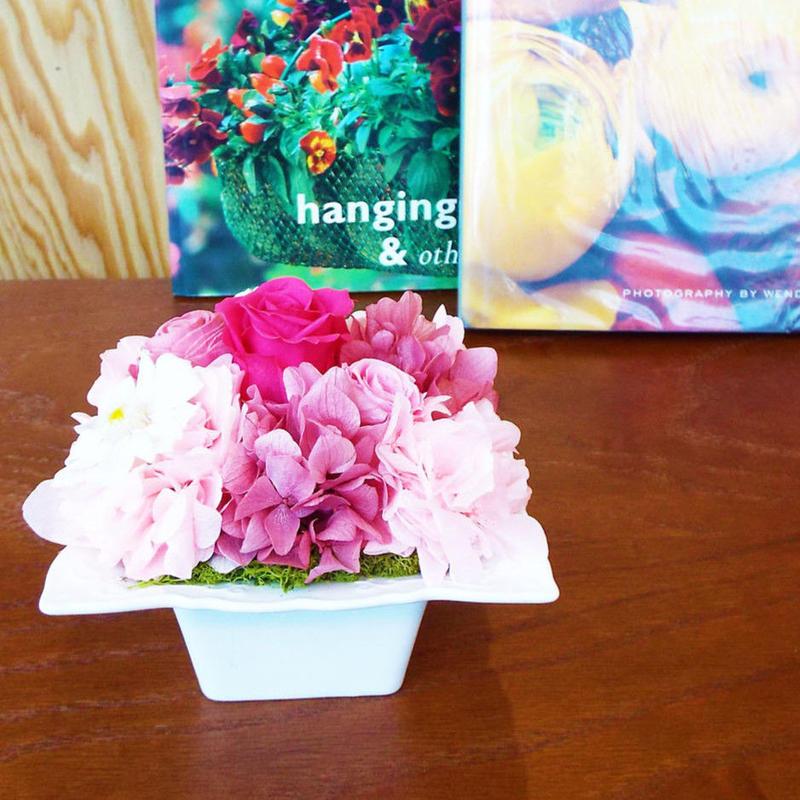 プリザーブドローズとジニアのアレンジメントM/白陶器【rose pink】