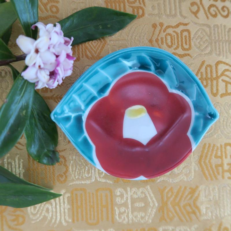九谷焼小皿  椿紋 葉型小皿、赤地 径、大変お待たせいたしました!