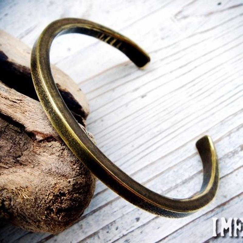 究極にシンプルな真鍮製のバングルハンドメイドの風格