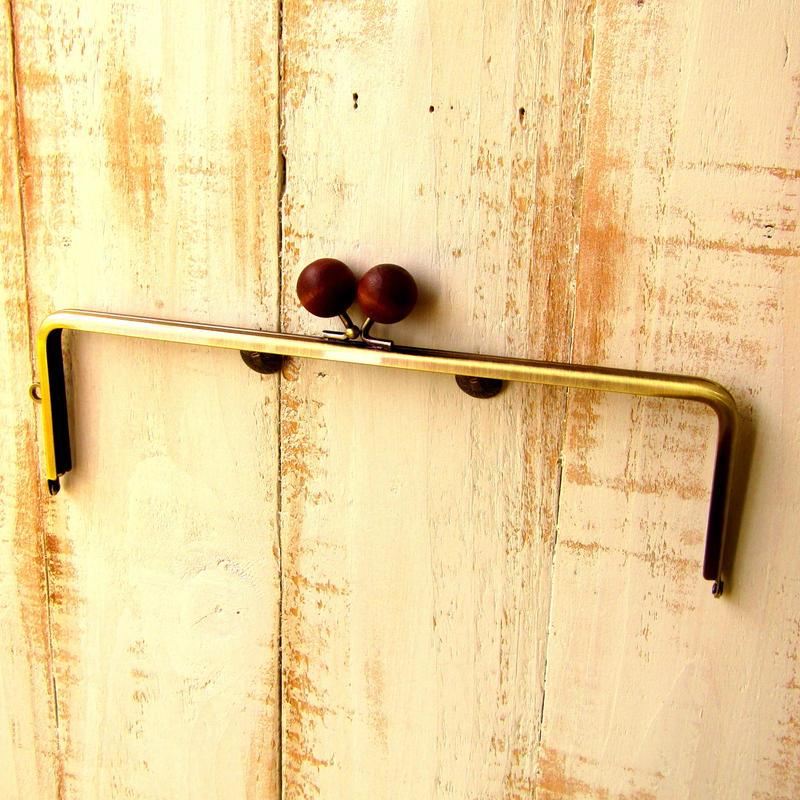 【HA-1224】25cm/角型(ちょっと大きな茶色の木玉×アンティークゴールド)