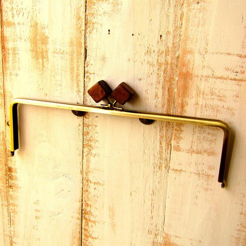 【HA-1227】25cm/角型(ちょっと大きな茶色の木キューブ×アンティークゴールド)