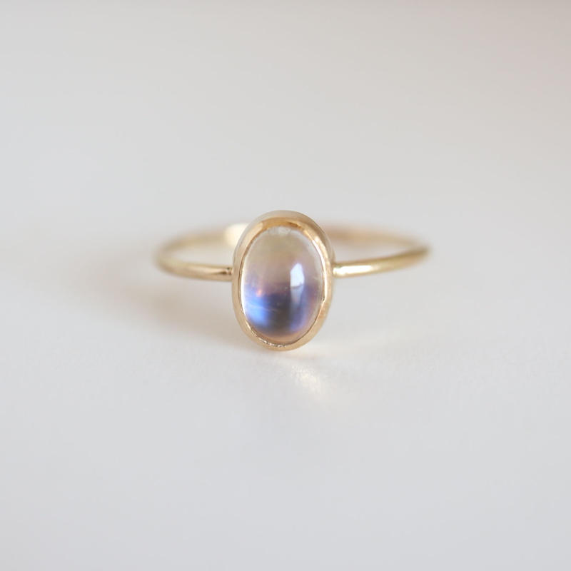 K18 & MOONSTONE OVAL CABOCHON RING