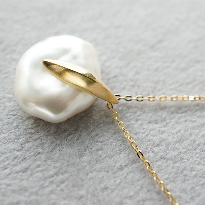 Freshwater pearl necklace / Dagger