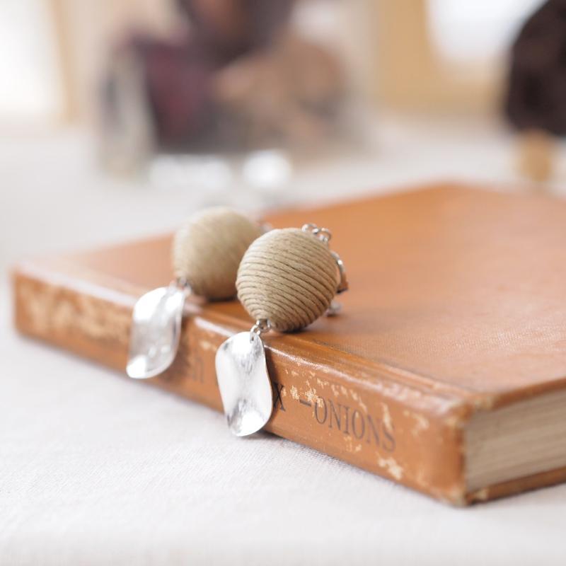 糸玉とシルバーサークルのイヤリング