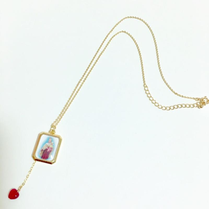 スクエア型 聖母マリアメダイ と 揺れるルビーカラー ハートビーズ の ネックレス
