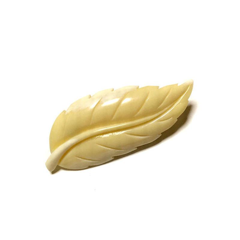 泉舟 作 鯨歯ブローチ 一枚葉