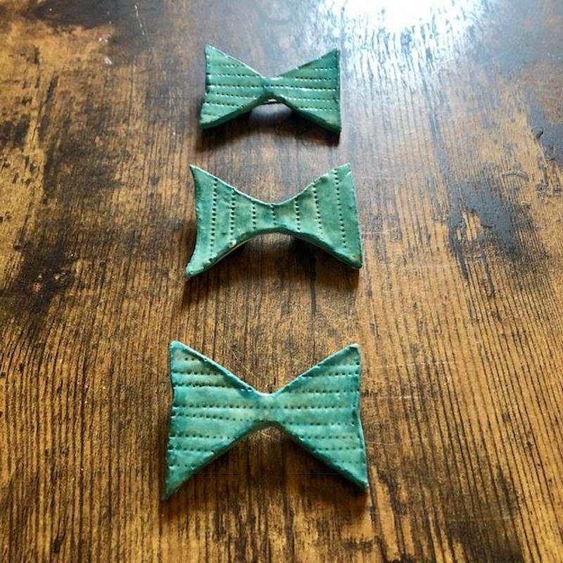 陶器のリボンブローチ 緑