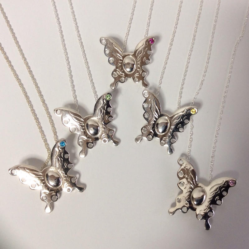 蝶々のネックレス