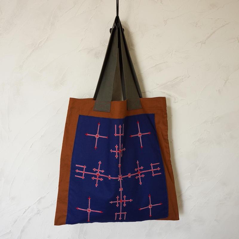 フィリピン・マンギアン族刺繍布の麻トート(ブラウン)