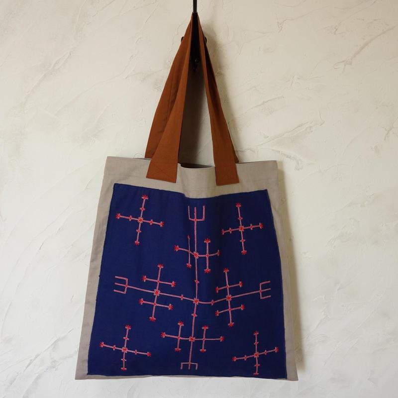 フィリピン・マンギアン族刺繍布の麻トート(グレー)