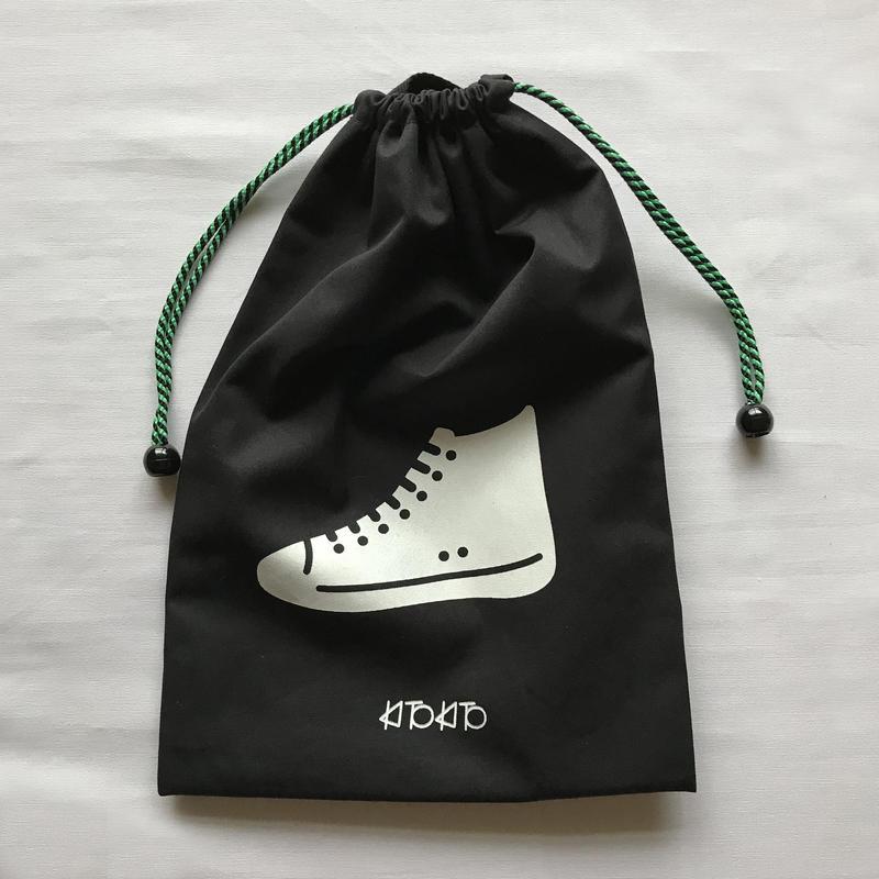 シンプルデザインのシューズバッグ