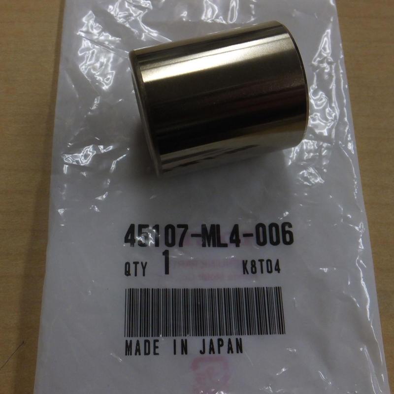 ♪CRM250AR(MD32)/リアブレーキキャリパー/ピストン/純正品/新品
